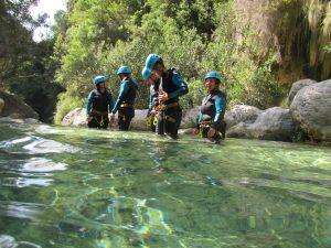 Grupo en río verde